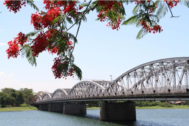 Tran-tien-bridge-hue-